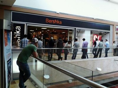 Mannen winkelen