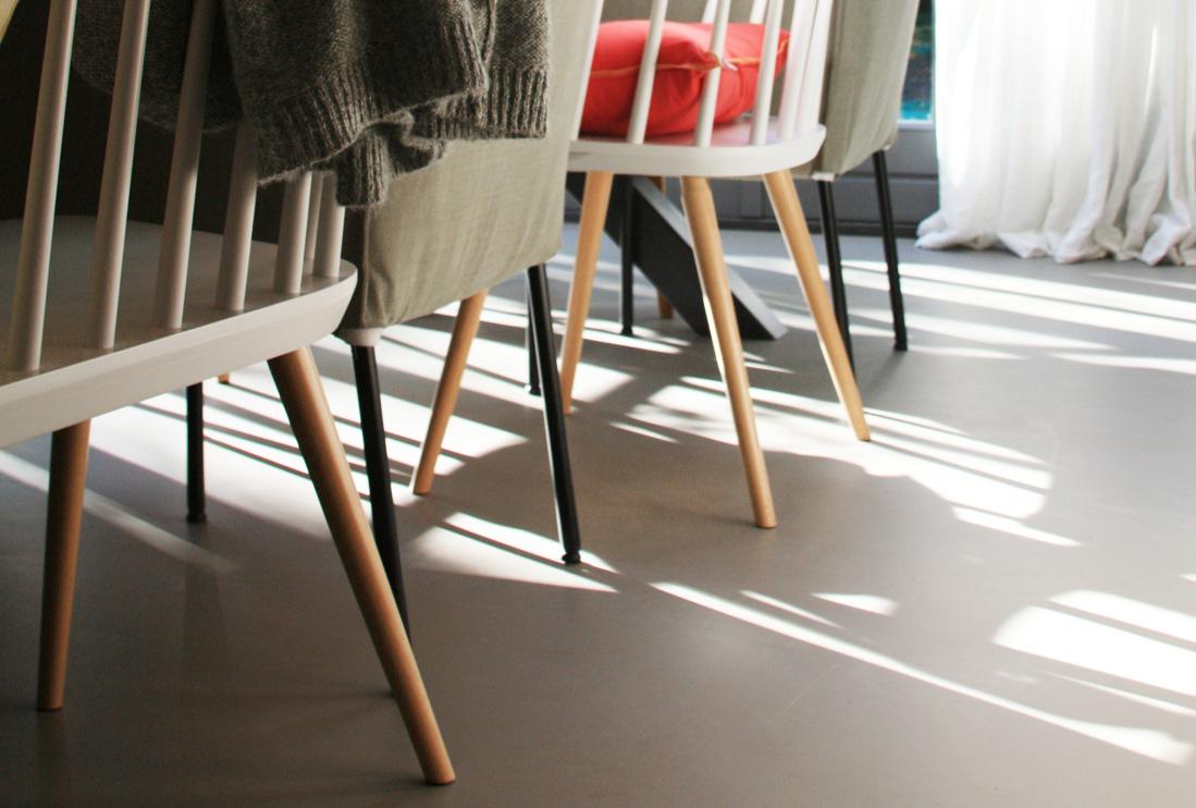 Gietvloer - keuken stoelen