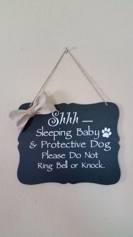 Een mooi babyshower cadeau: een bordje met persoonlijke tekst