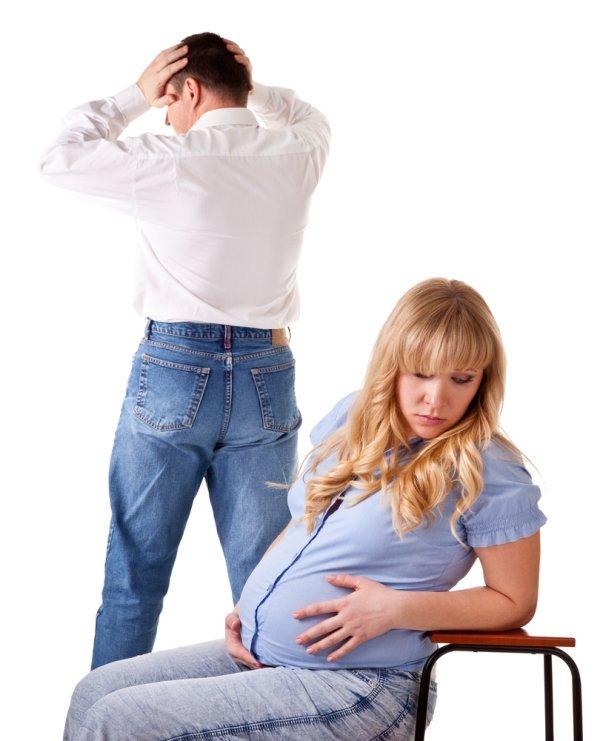 Man en vrouw die ruziemaken tijdens de zwangerschap