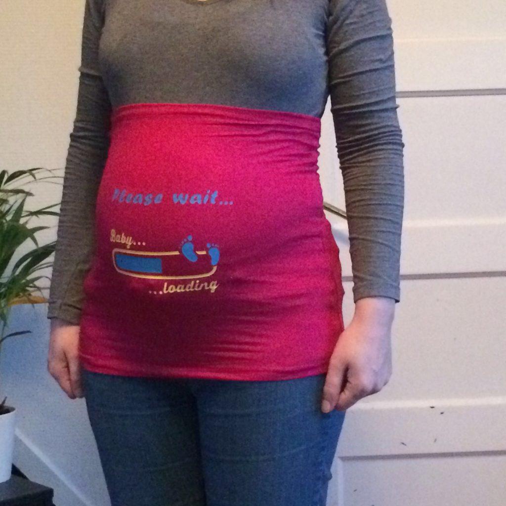Mooie bedrukte buikband als zwangerschapsmode, deze kun je pas gaan dragen als je buik dik genoeg is