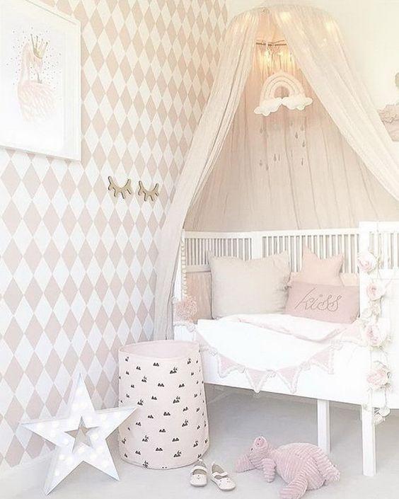 Schattige roze babykamer inrichten