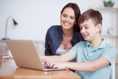 moeder-met-zoon-bezig-met-de-laptop