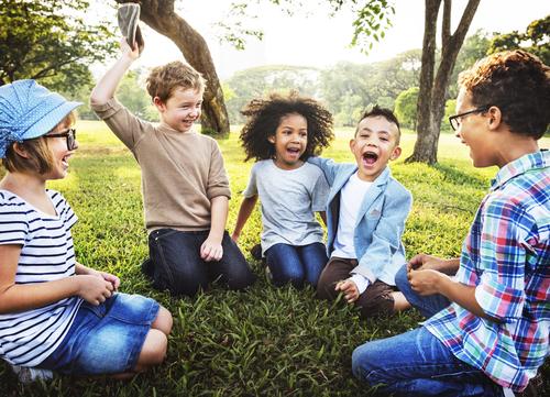 spelende-kinderen-buiten