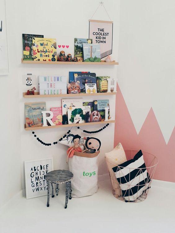 Boekenrekje met babyboekjes