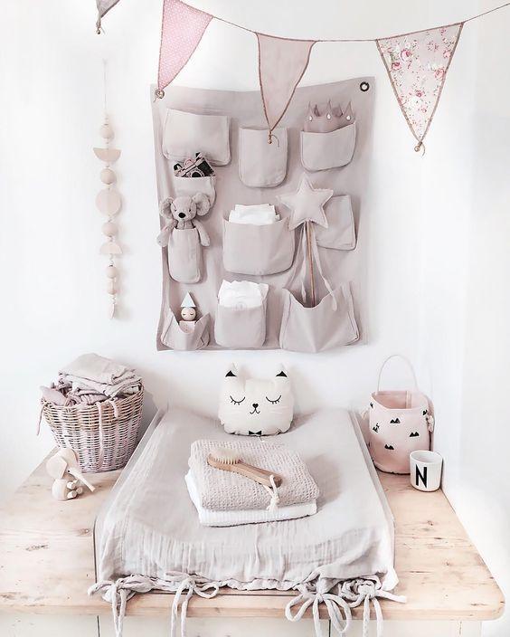 Handig opbergzakje als muurdecoratie in de babykamer