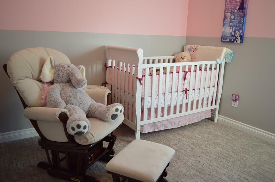Kinderkamer in twee kleuren geschilderd