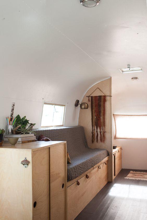 Eenvoudig ingerichte lichte camper