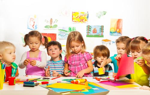 Kinderen aan het spelen met creatief speelgoed