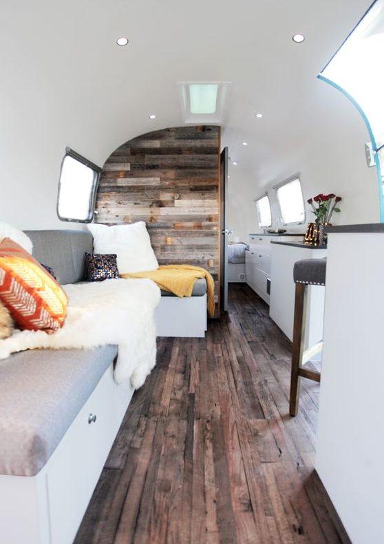 Open en modern interieur met houten vloer