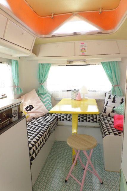 Scandinavisch interieur in camper met leuke kleuren