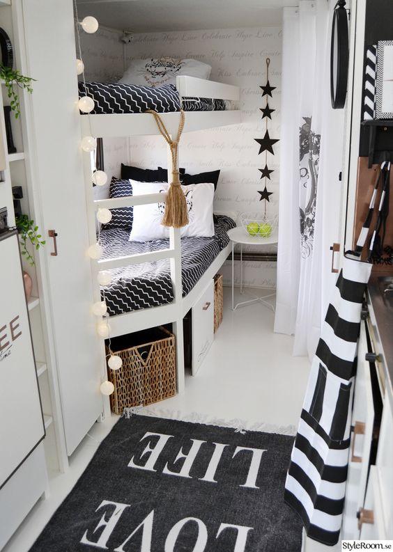 Zwart wit camper interieur