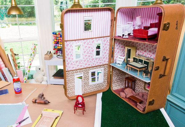 8 prachtige DIY poppenhuizen, poppenhuis in een koffer