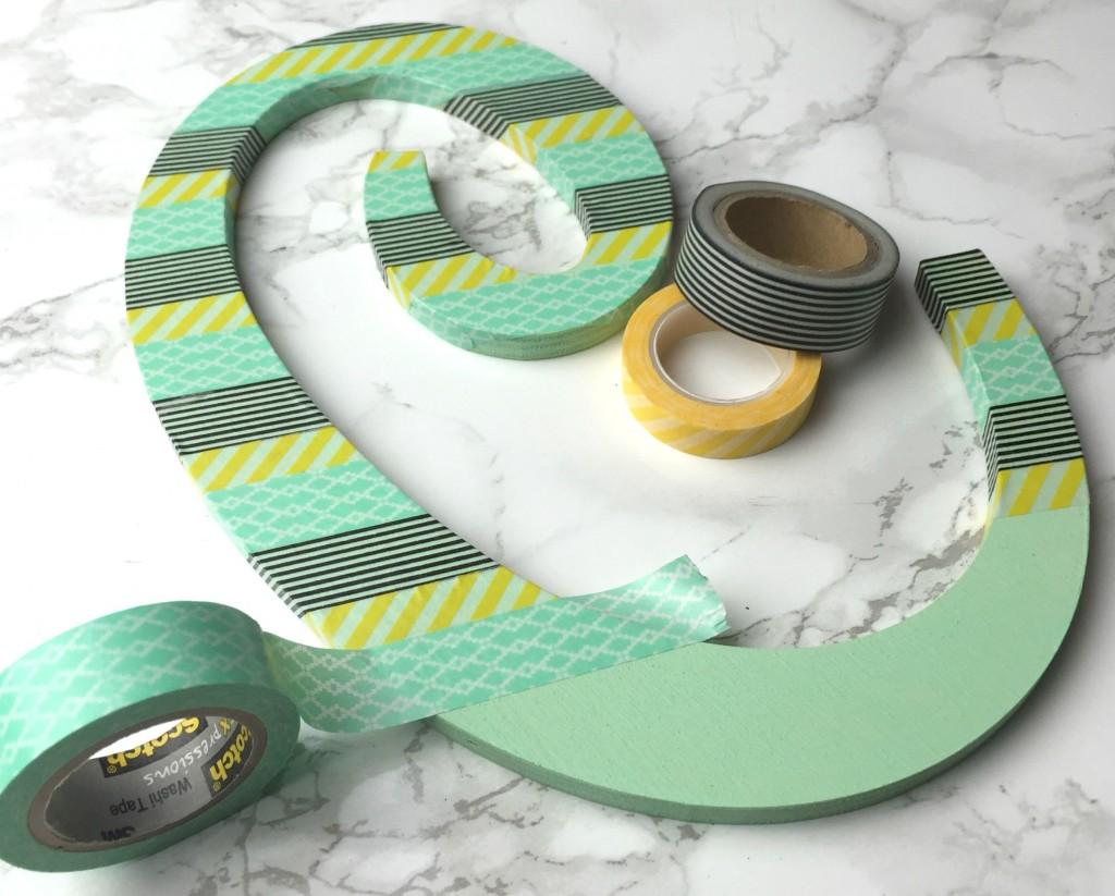 Monogram beplakt met tape