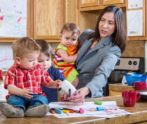 Drukke moeder met kinderen