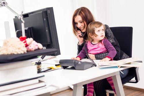 werkende moeder met kind