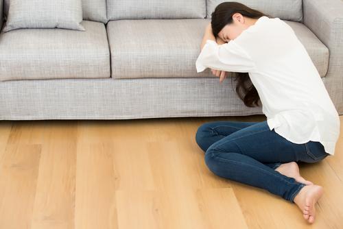 Verdrietige vrouw na buitenbaarmoederlijke zwangerschap
