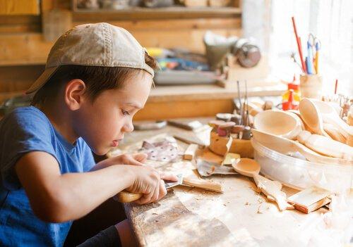 Jongen bezig met knutselen