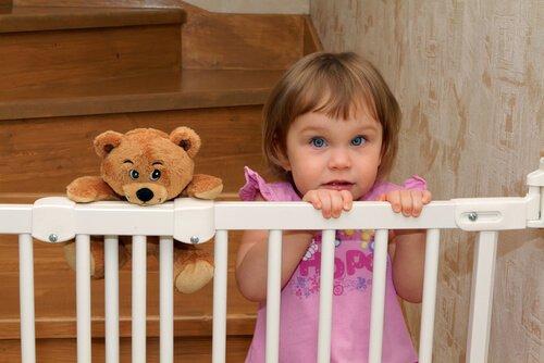 Traphekje met klein meisje