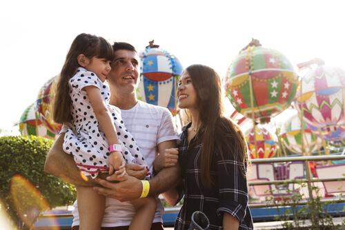 Jong gezin in pretpark