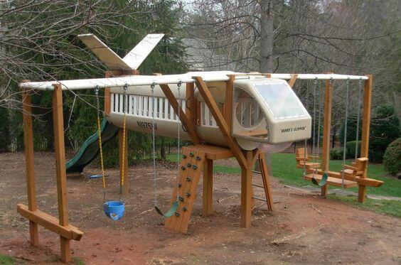 Speeltoestel vliegtuig in de tuin