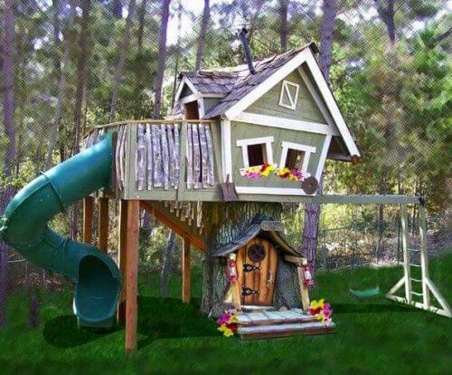 Grappig speelhuis met grote glijbaan
