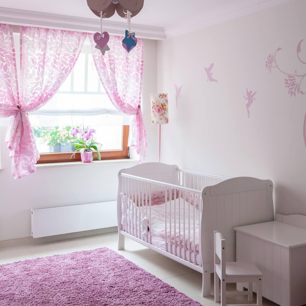 Lichtroze gordijnen in kinderkamer