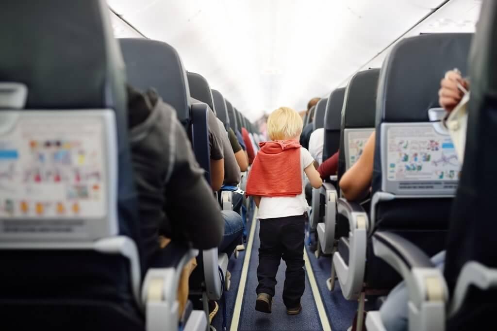 kind in vliegtuig 2