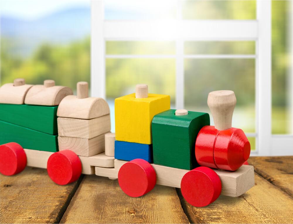 Houten trein voor baby kraammand