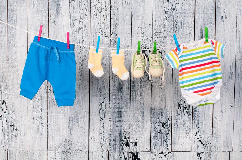 Baby kleertjes in kraammand