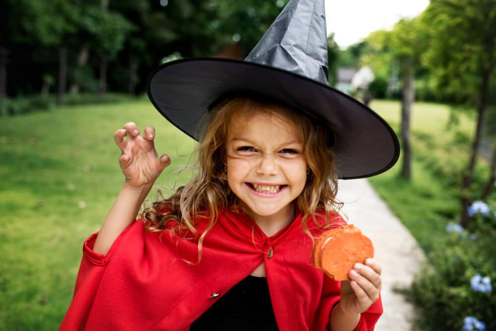 Meisje verkleed als heks