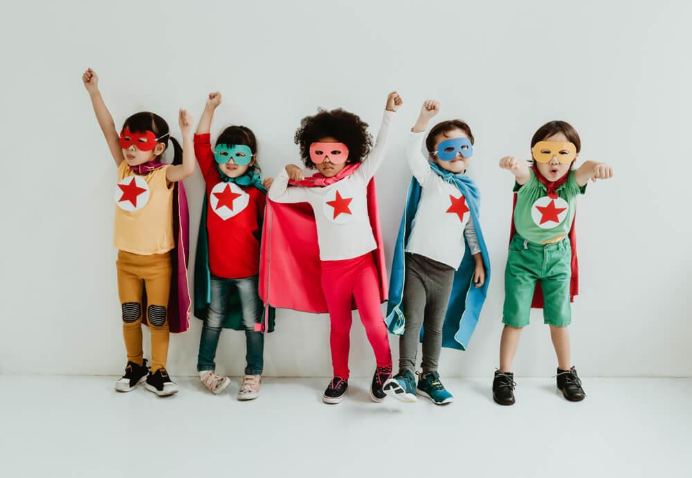 Kinderen verkleed als superhelden