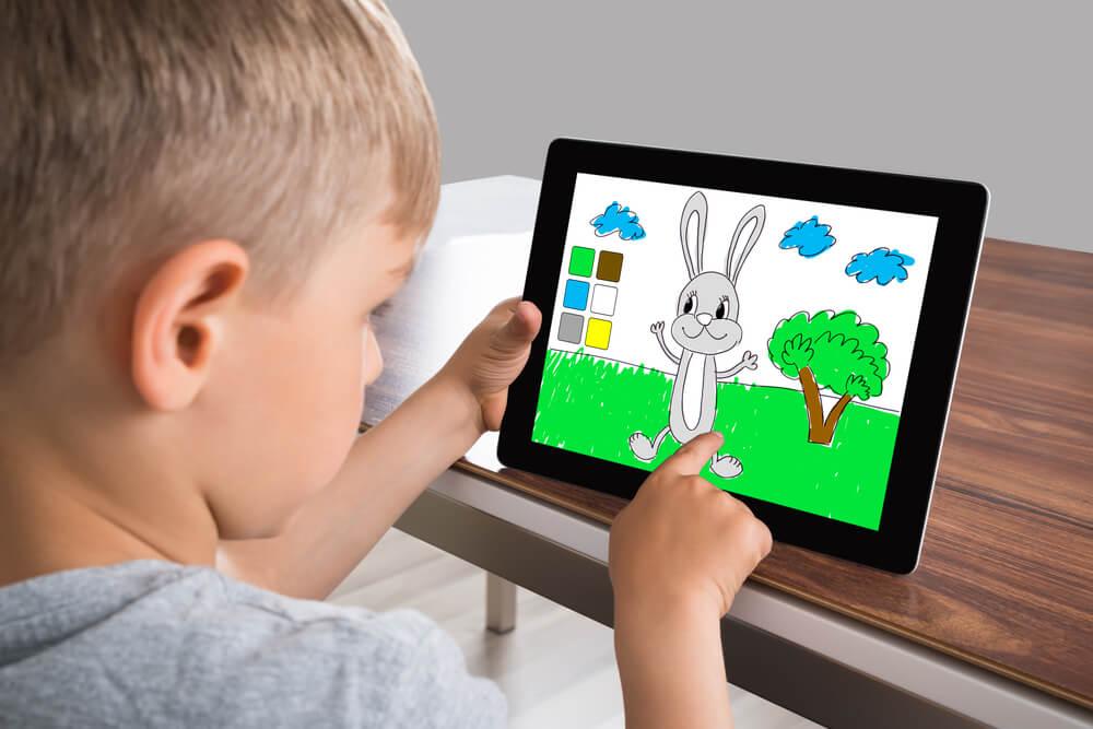 Kind spelend met kindertablet