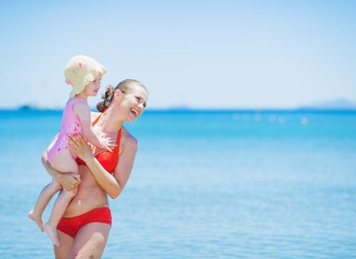 Moeder in leuke zwemkleding