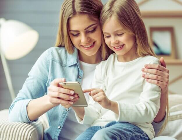 Redenen waarom het tijd is dat je kind een telefoon krijgt